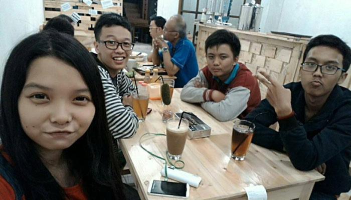 Selfie di tempat makan (Foto: Instagram/secondhomecafe)