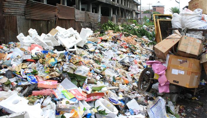 04 Pembakaran sampah plastik menimbulkan gas Karbon Monoksida OK(Foto Tempo co)