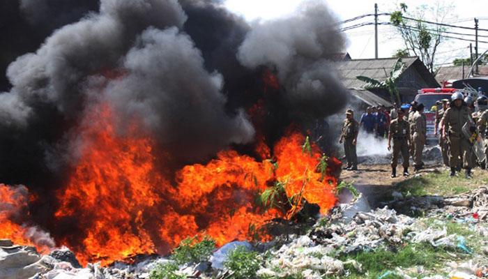 Sampah dibakar timbulkan gas karbon monoksida (Foto: Tempo.co)
