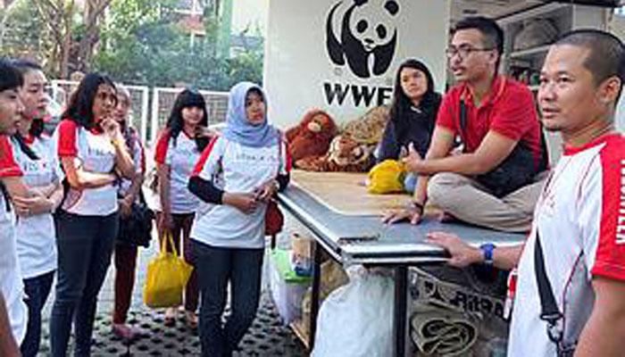 08 Jadi relawan organisasi pencinta hewan pun bisa (Foto wwf or id)