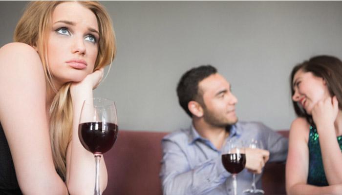 Buat sok sibuk deh dengan lawan bicara mu (Foto: eharmony.co.uk)