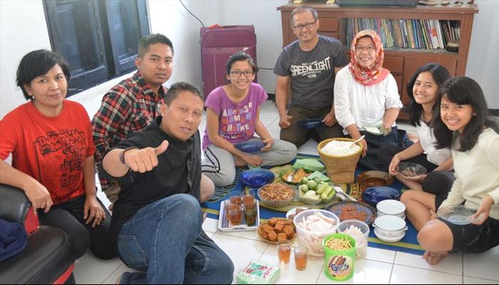 Makan Bersama (Foto: wordpress.com/banyurachman)