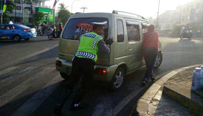 Menolong sesama (Foto: tribratanews.com)