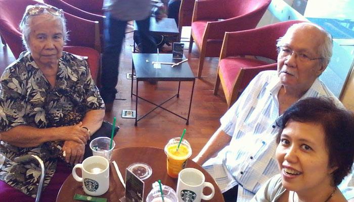 Nongkrong bersama orangtua (Foto riatumimomor.com)