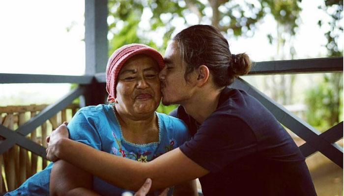 Peluk dan cium orangtuamua (Foto: Instagram.com/david8js)