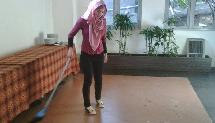 Bantu bersihin rumah ok juga tuh (Foto: nyeleneh.com)