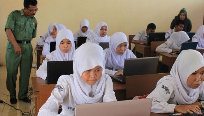 Ujian Nasional tak hanya bersistem online (Foto: tribunnews.com)